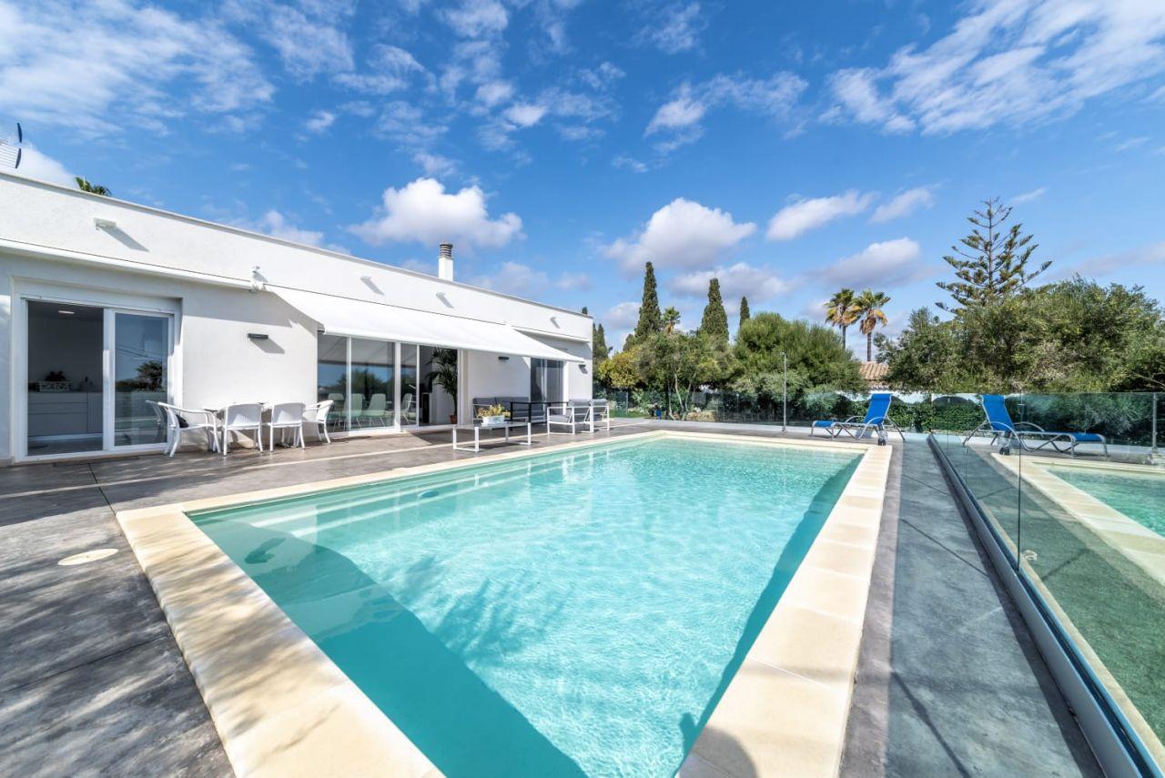 Maravilloso chalet nuevo y moderno a 4 min.del mar con vistas espléndidas y piscina privada. Ver video-documental