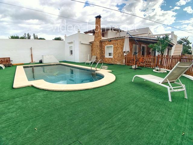 Manacor. Chalet con piscina + 2 apartamentos independientes .