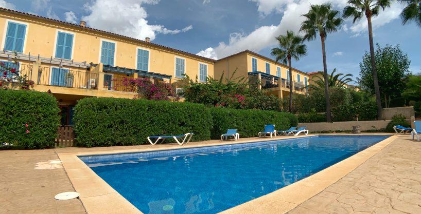 Apartamento Duplex cerca del mar con licencia vacacional. Piscina comunitaria y jardines .