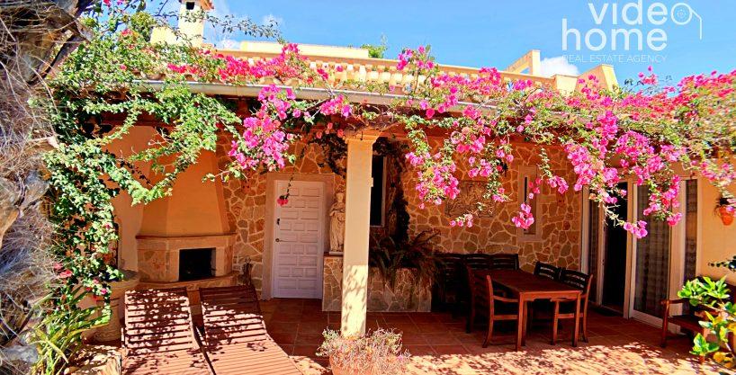 Casa junto a la playa de Cala Anguila y terraza con vistas al mar.