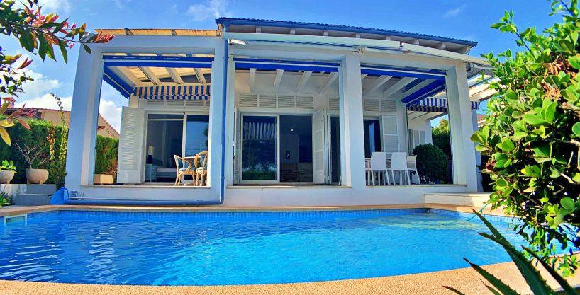 Casa con piscina frente al mar en Cala Mandía.