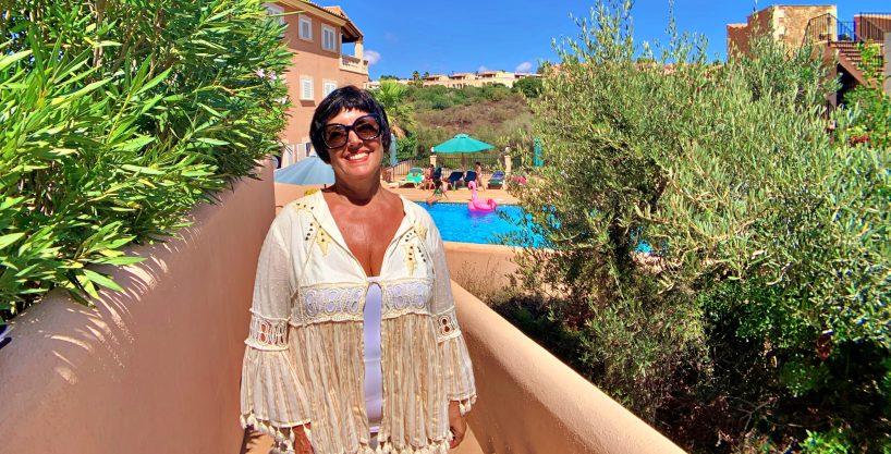 Planta baja con piscina y jardín junto a la playa de Cala Mendía.